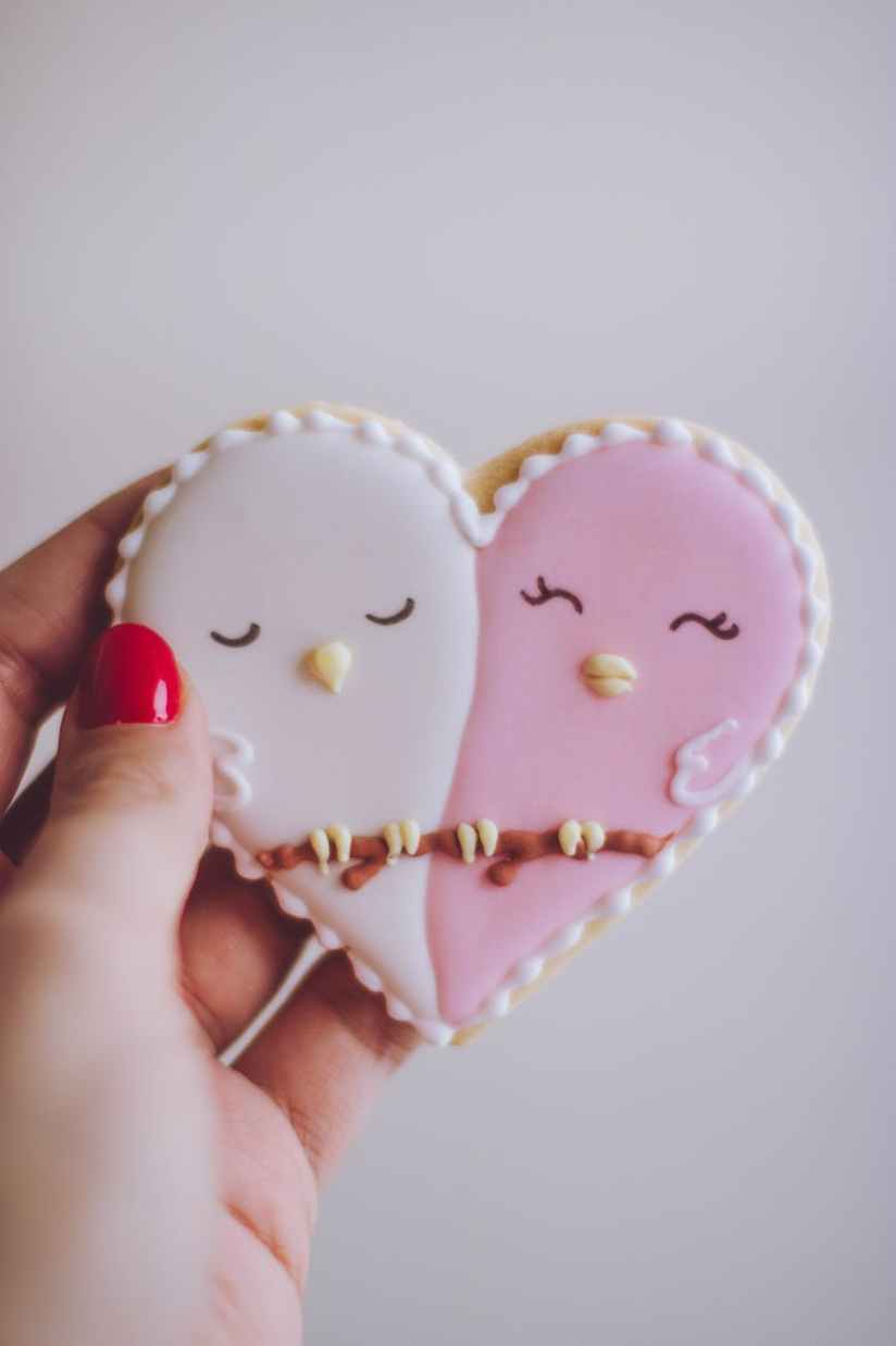 heart shaped white and pink cookie
